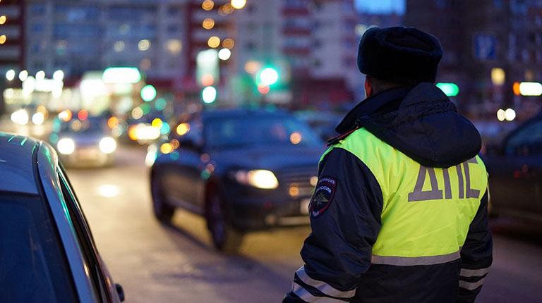 Дебошир из Североуральска, прищемивший дверью руку сотрудника ДПС, заплатит 30-тысячный штраф