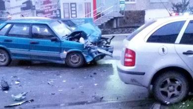 В Североуральске Skoda сбила девушку-подростка, а затем врезалась в ВАЗ: авария попала на видео