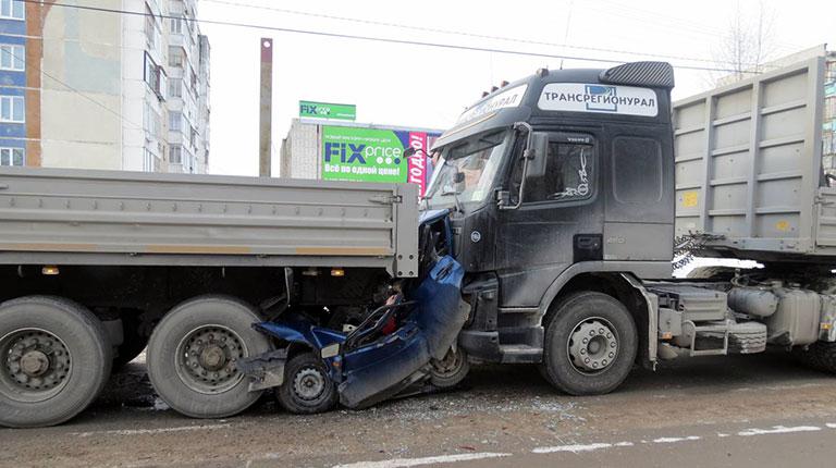Водитель грузовика, смявший машину с водителем и двумя пассажирами, получил шесть лет