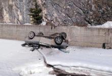 На Северном Урале машина упала со скалы в реку