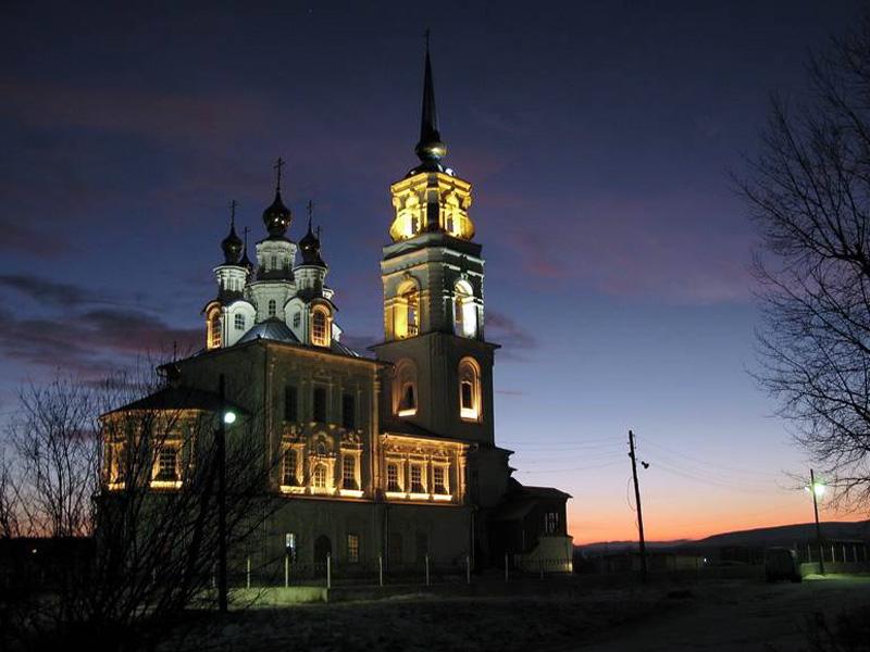 Церковь во имя святых первоверховных апостолов Петра и Павла Североуральск ночью