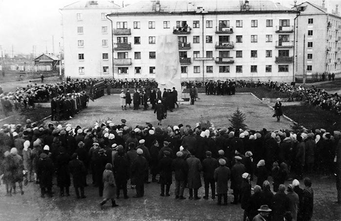 Церемония открытия барельефа «Борцам революции»