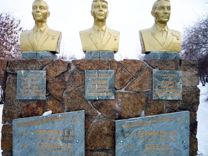 Памятник погибшим воинам бригады на территории 12-й отдельной бригады специального назначения в Асбесте и бюст Дмитрия Шектаева