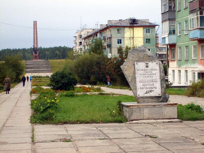 Мемориальная доска на камне в честь Героя Советского Союза Моисеева Николая Матвеевича до реставрации